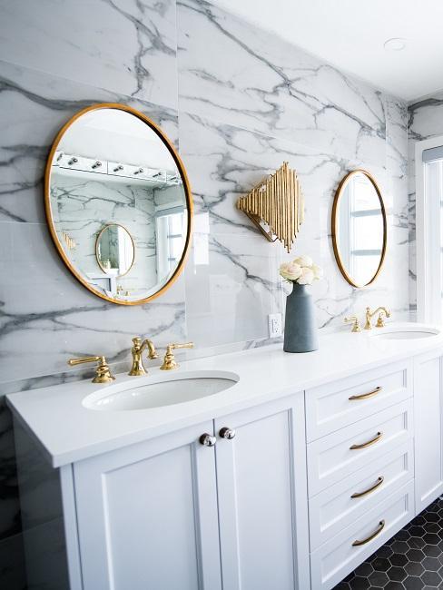 Luxus Badezimmer mit weißen Marmorfliesen.