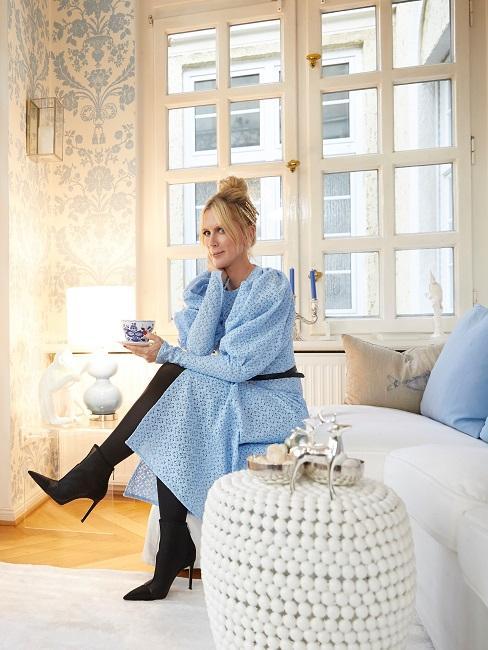 Tamara Gräfin von Nayhauß in ihrem Wohnzimmer auf dem Sofa sitzend mit einer Tasse Kaffee oder Tee