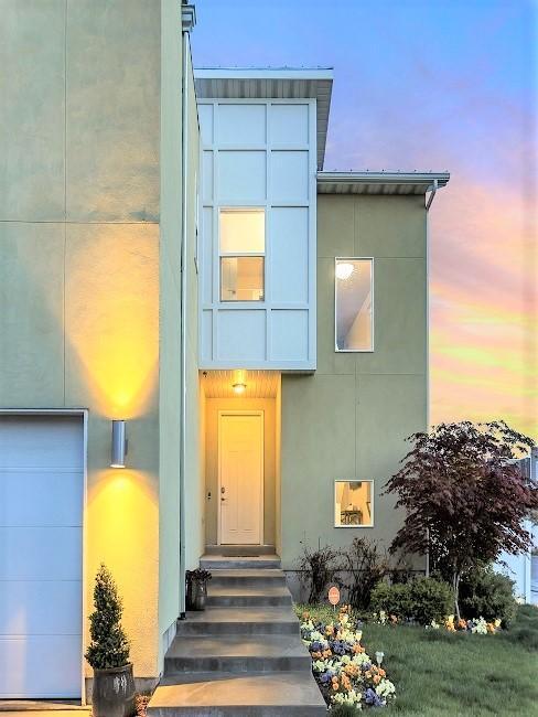 Kleines Haus in der Außenansicht mit Außenbeleuchtung.