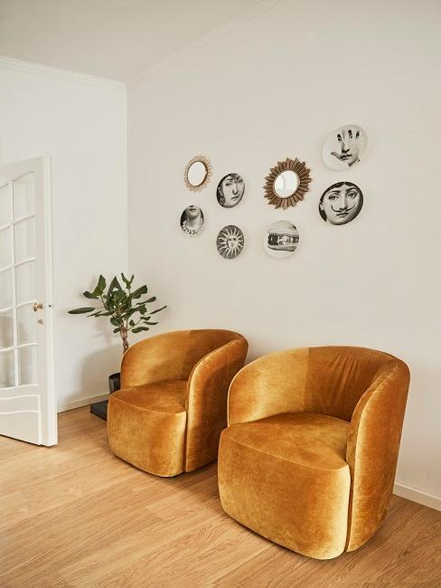 Zwei gelbe Sessel im Retro Stil