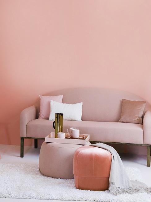 Altrosa Wandfarbe im Wohnzimmer mit rosafarbenen Möbeln und weißem Teppich