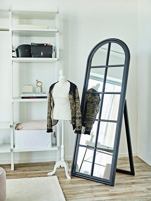 Fenster-Spiegel im Ankleidezimmer