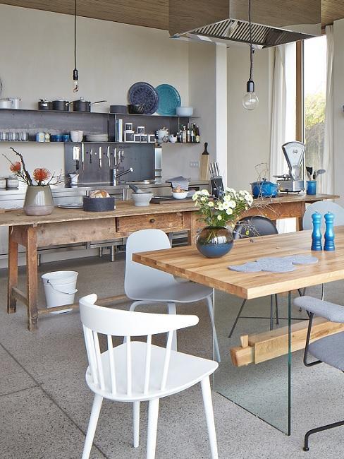 Loft Küche im Industrial Design mit Esstisch, Stühlen und Lampe