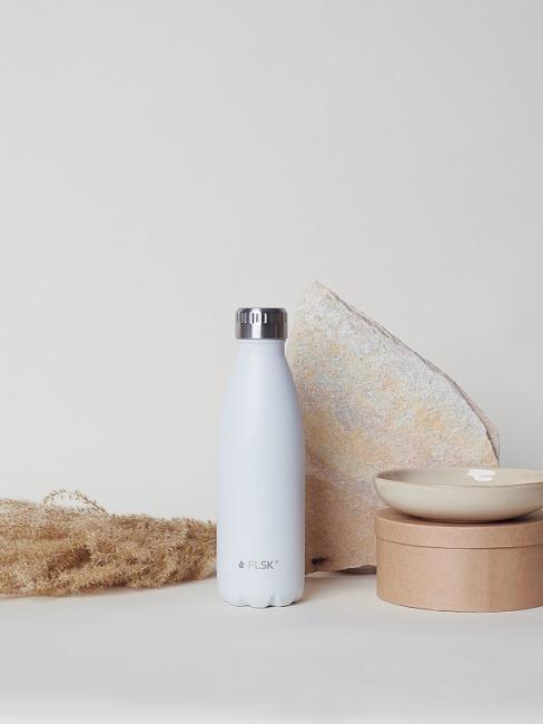 Weiße FLSK Flasche neben Schale und Box