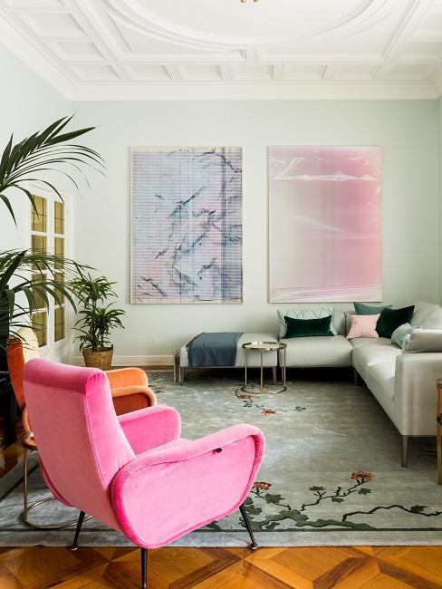 Pinker Sessel im Wohnzimmer