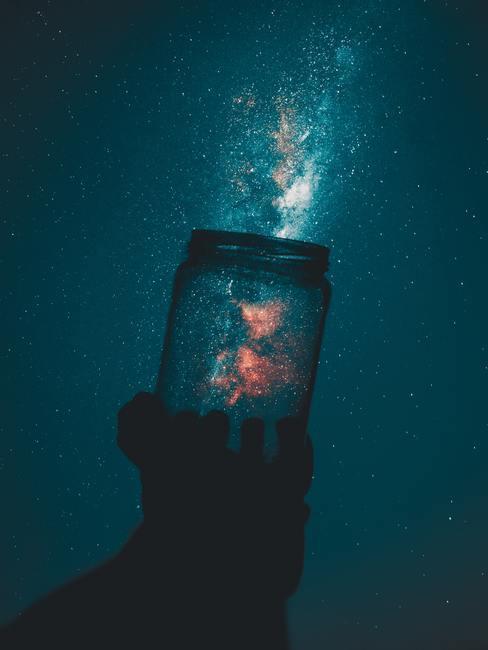 jarra transparente frente al cielo estrellado