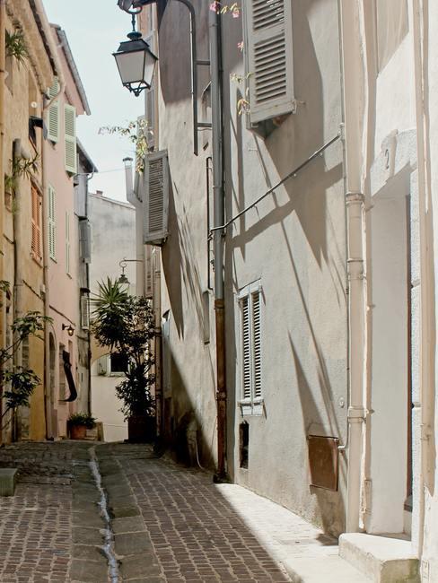Calle estrecha con casas blancas a los lados