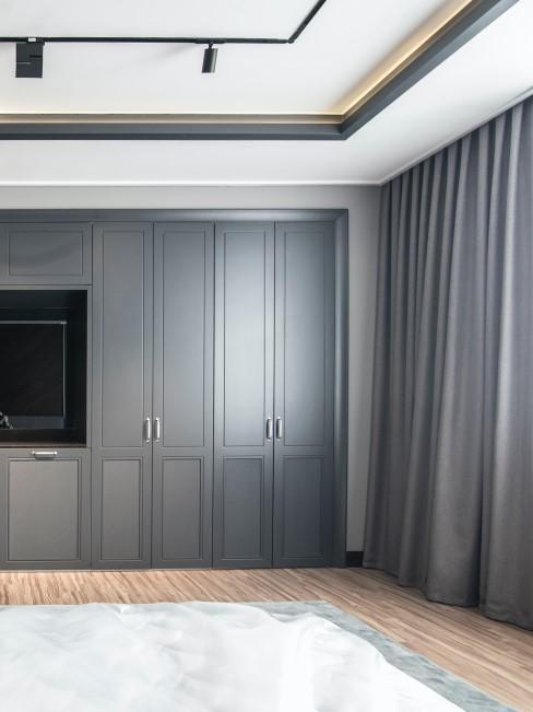 Habitación amplia con gran armario empotrado gris oscuro