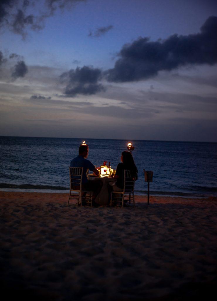 Cena romántica al atardecer en la playa