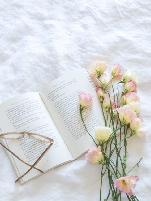 libro con gafas y flores