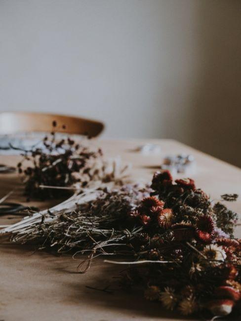 Fleurs séchées sur table en bois