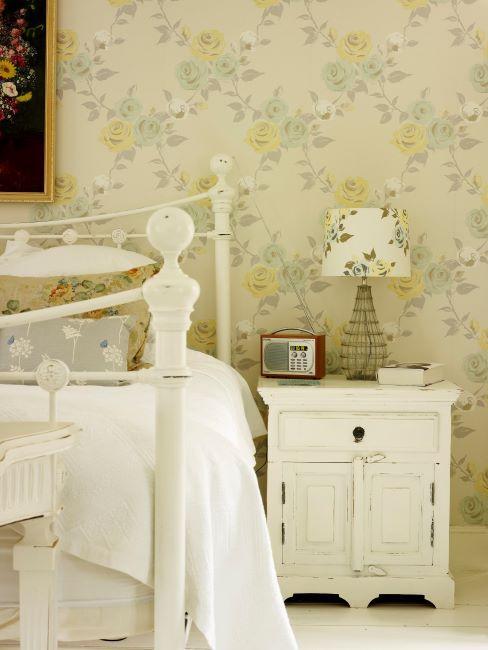 Papier peint à fleurs jaune, lit et table de chevet vintage