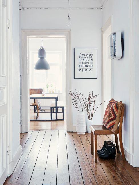 Couloir avec banc en bois, sol en bois blanc et suspension style industriel