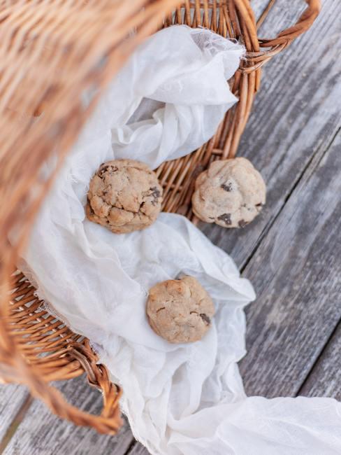 Panier en osier avec cookies faits maisons