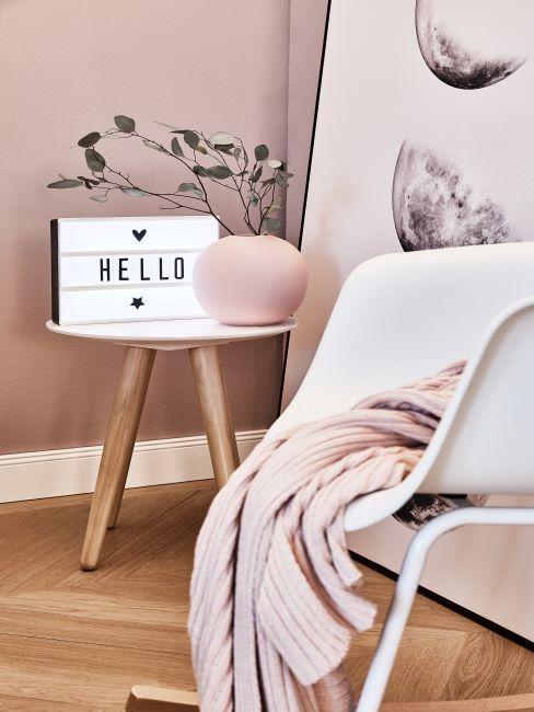 Boîte lumineuse à message sur table d'appoint en bois avec vase boule rose