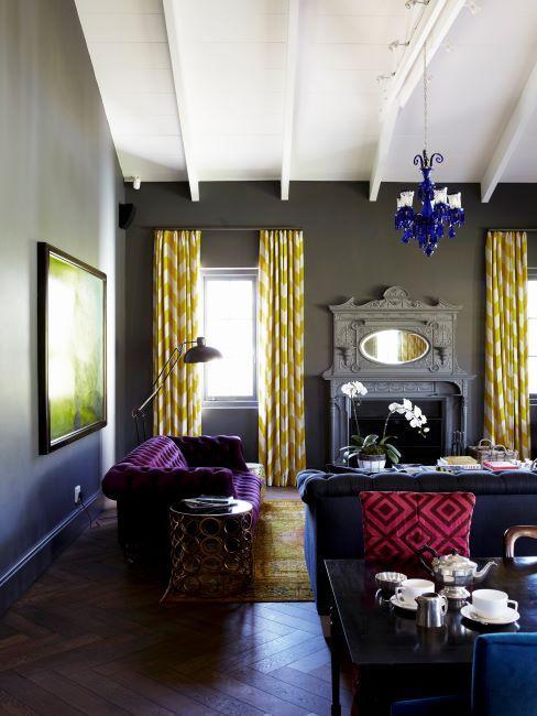 salon murs gris fonce avec touches dorees et violetes