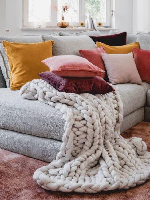 soggiorno con cuscini di colore viola e giallo