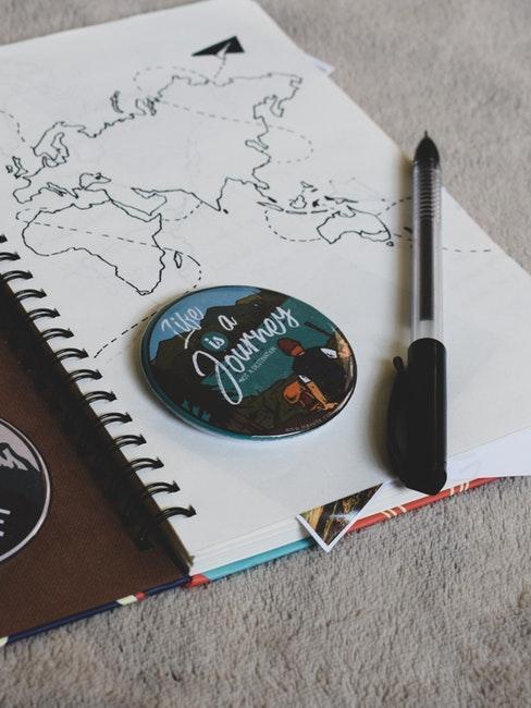 diario di viaggio con disegno carta geografica