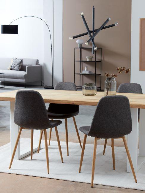 sala da pranzo moderna con sedie di colore grigio scuro