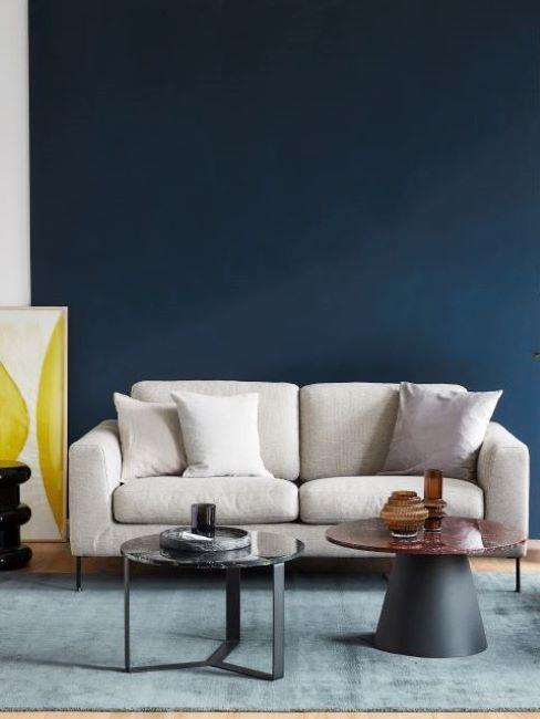 soggiorno con parete blu e divano grigio chiaro