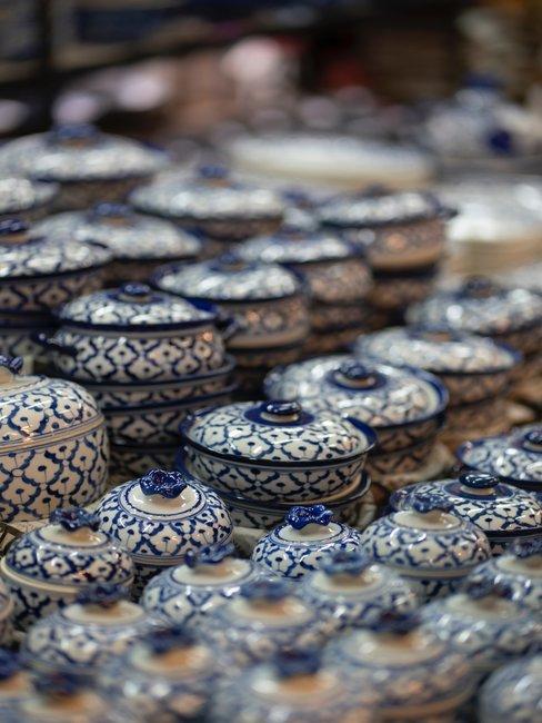 Delfts blauwe potjes uitgestald op een markt