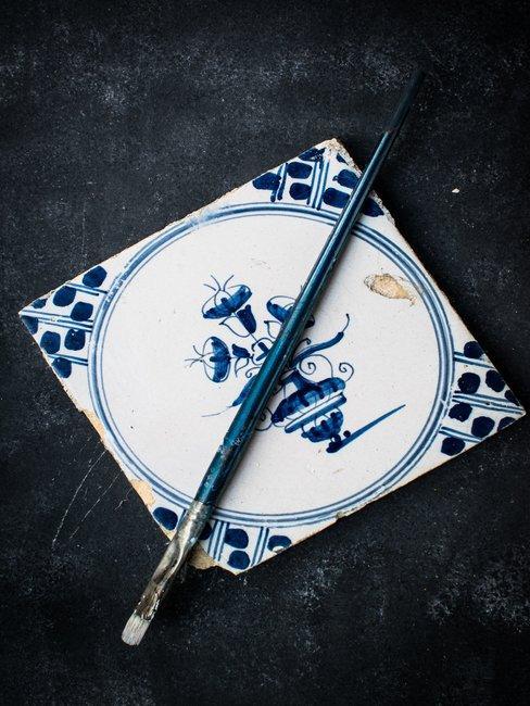 Delfts Blauw tegel met blauw penseel op zwarte achtergrond