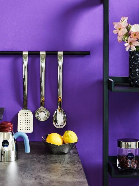 Indigo kleur op muu rin keuken met zilveren keukenaccessoires