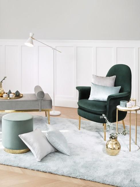 Lichte ruimte met groene stoel poef en vloerkleed