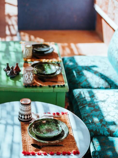 Kleurrijke lage tafels met loungebank in groen blauw