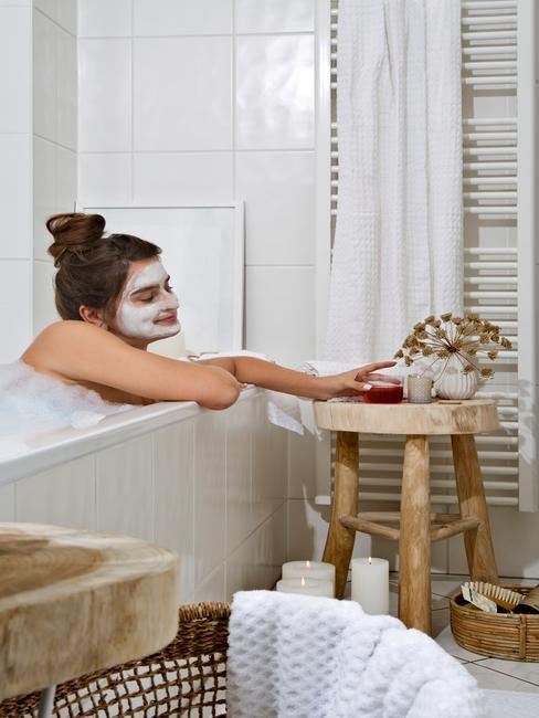 Dziewczyna relaksująca się w wannie, z maseczką na twarzy