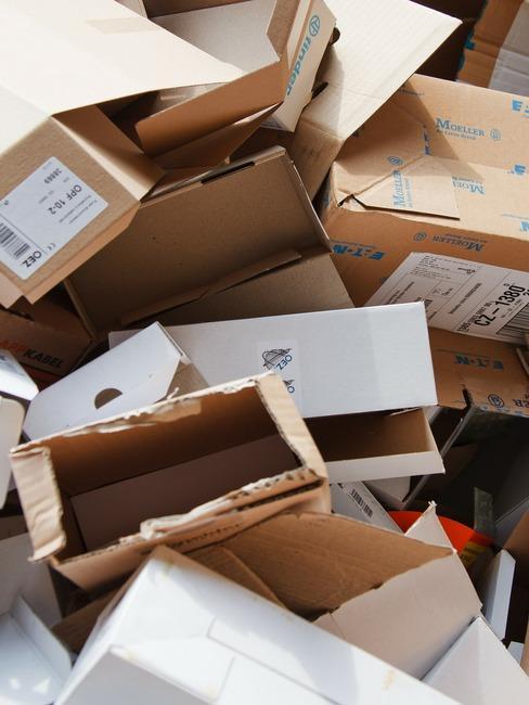 Stos kartonów - jak segregować papier