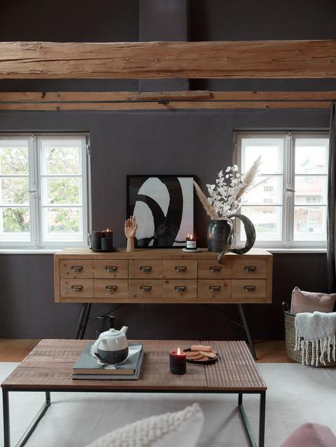 Salon w przestrzeni loftowej z drewnianymi meblami i belkowanym sufitem