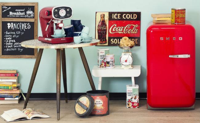 Czerwona lodówka w stylu retro