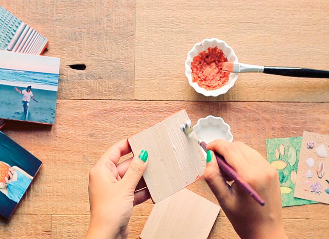 4. Eine dünne Schicht Kleber gleichmässig mit einem Pinsel auf der Blockoberfläche verstreichen und das Bild draufkleben.