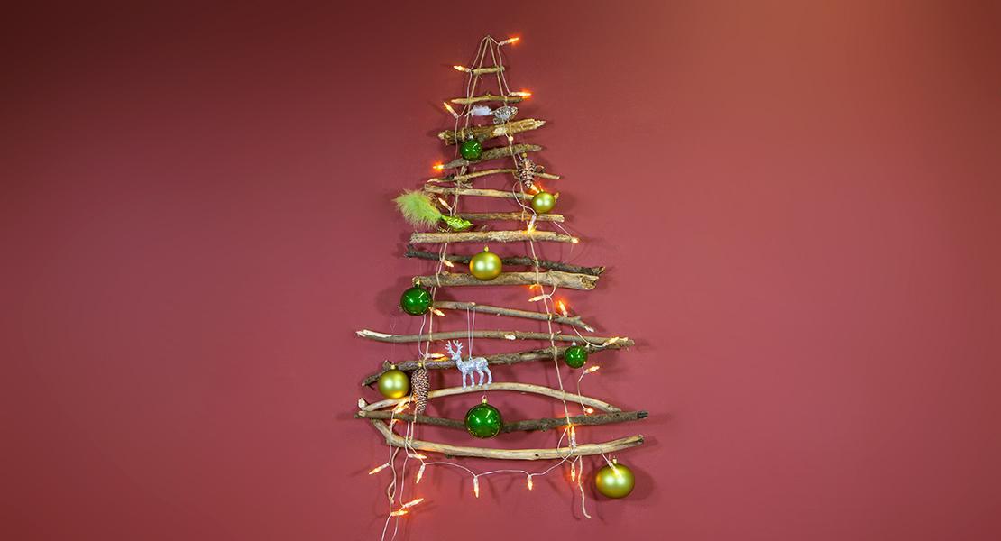 christbaum-aus-aesten-mit-kugeln