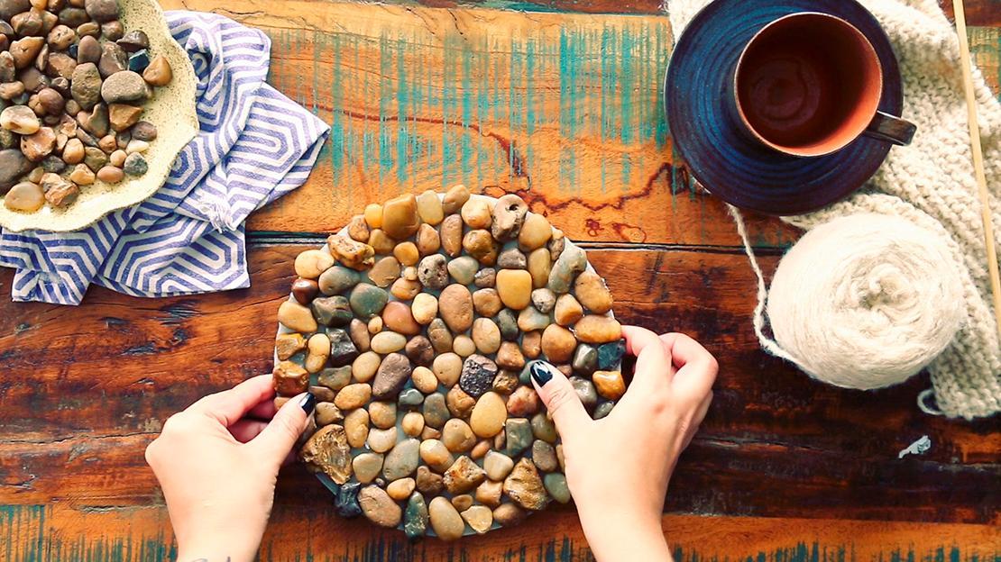 Achten Sie darauf, dass Sie auch die kleinsten Zwischenräume mit Steinen füllen! Ist die gesamte Oberfläche bedeckt, alles für einige Stunden gut trocknen lassen.