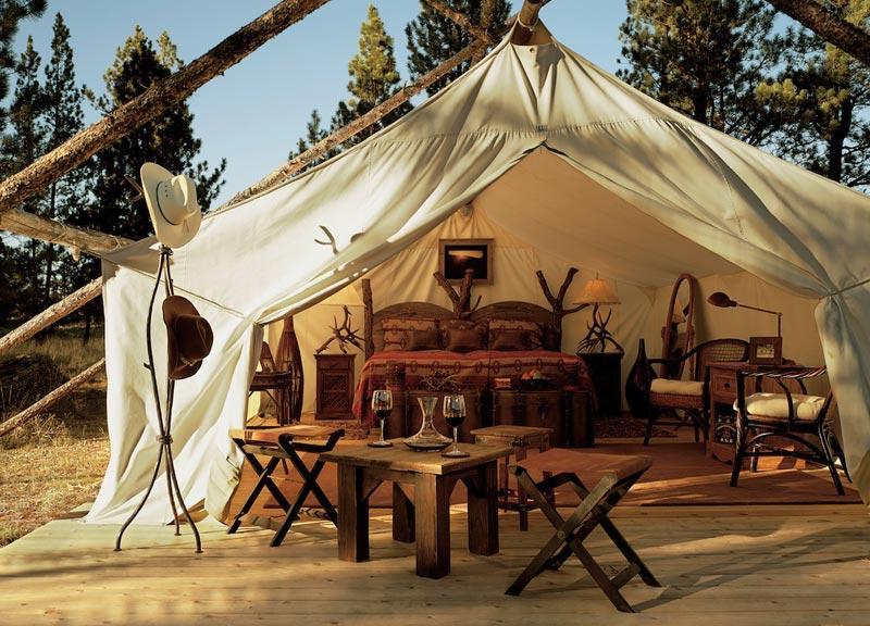 Immerso nella selvaggia natura del Montana, il Paws Up Resort è una vera icona del Safari style. Tronchi e legni di ogni tipo costituiscono la struttura, personalizzata da tessuti che assicurano un caratteristico accento wild-glam.