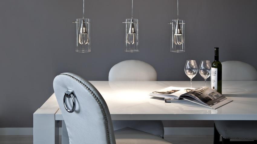 Bílý jídelní stůl