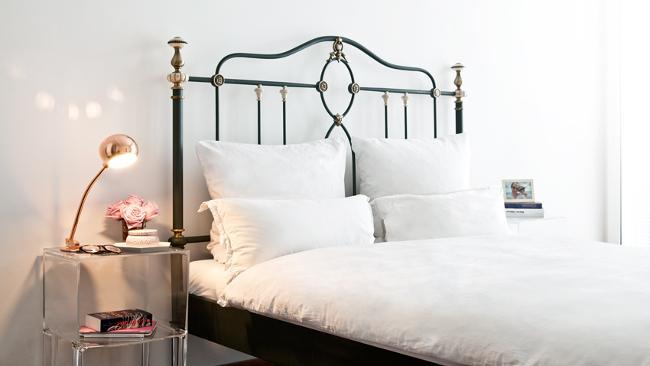 Schlafzimmer Deko mit Kupfertischlampe