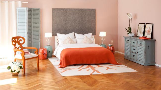 Schlafzimmer Deko mit Kissen und Tagesdecke