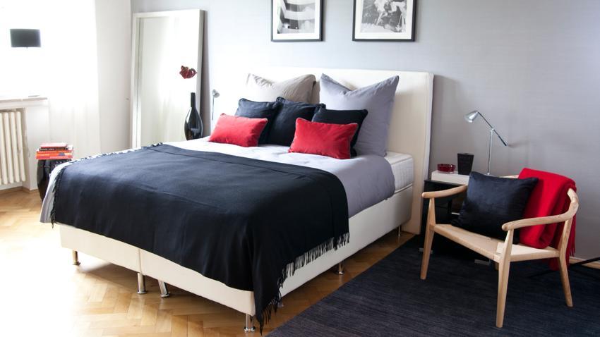 Bett mit roten Kissen
