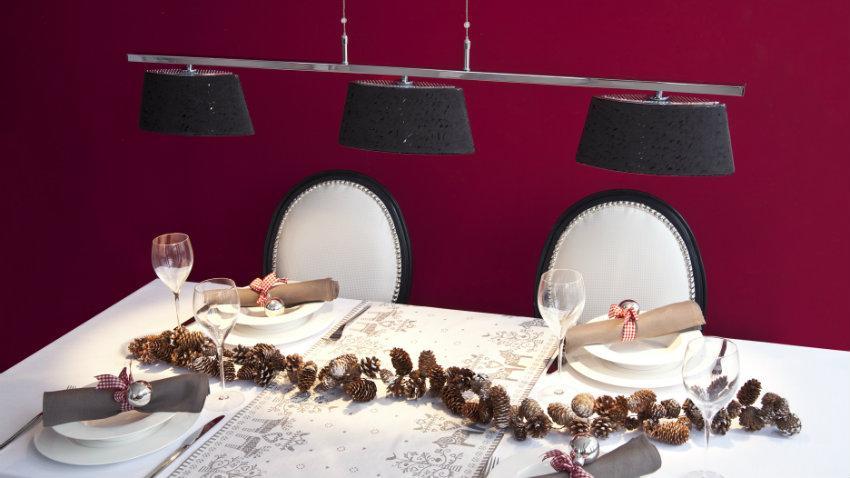 Kerst tafeldecoratie simpele tafelschikking klassieke stijl dennenappels rood