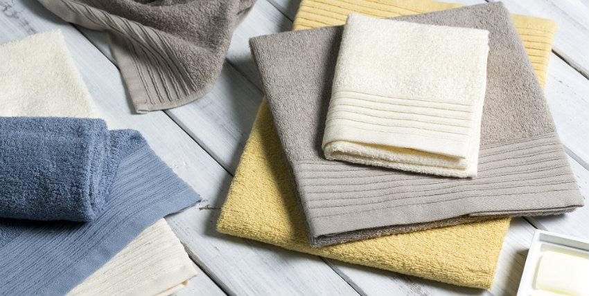 landelijke badkamer kleuren handdoeken witte houten vloer