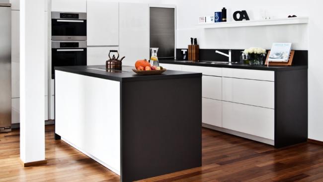 witte keuken zwart-wit moderne stijl hout