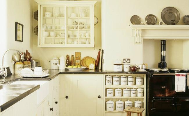 meble kuchenne kremowe w stylu rustykalnym