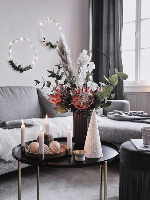 Protea Pflanze im Strauß neben weihnachtlicher Deko