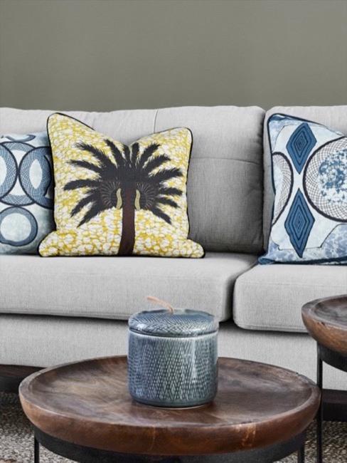 Soggiorno in stile africano con divano, cuscini e tavolini laterali
