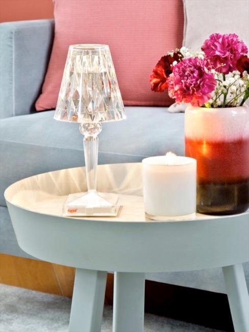 Lampa z plexi na stoliku kawowym przy sofie