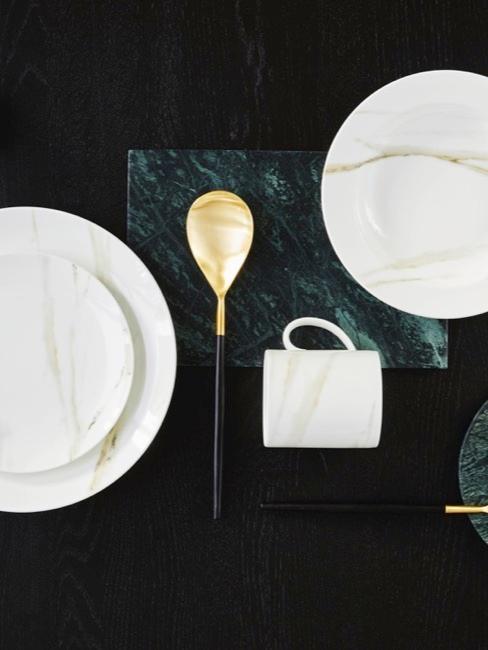 Modern servies voor de bruiloftstafel
