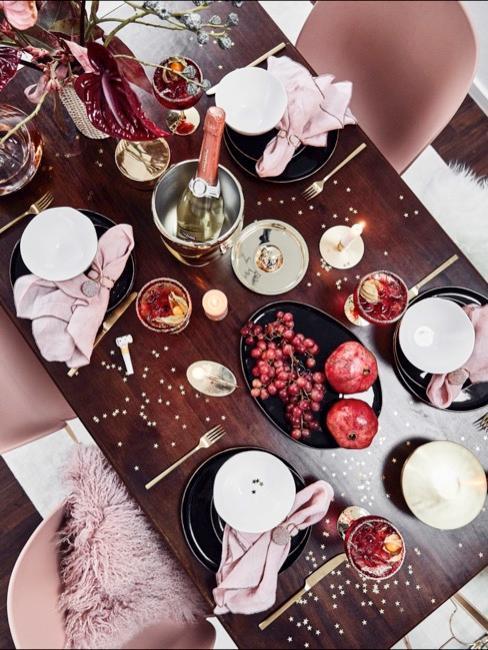 Close-up eettafel met roze tafeldecoratie